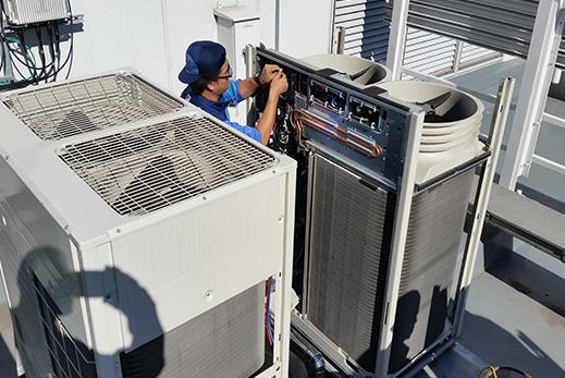 2015年11月 ビル屋上での空調機の部品 交換作業