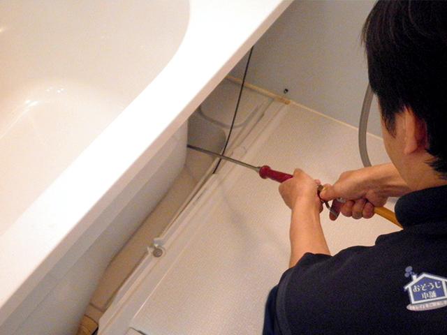 浴室エプロン内部の高圧洗浄