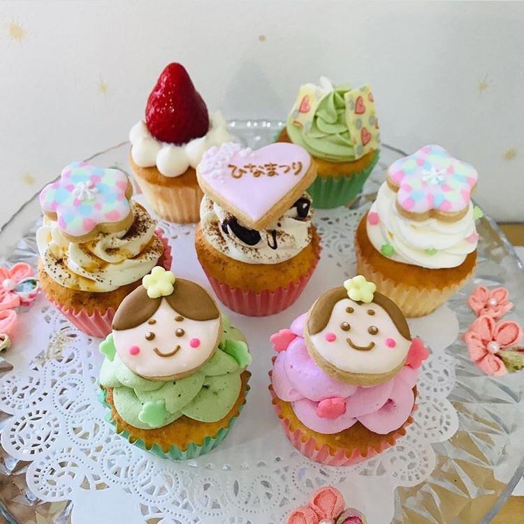 ご予約のみの販売♡ 7種類のカップケーキはそれぞれ、生地もクリームもお味が違います♡ ご希望でアイシングーへ、お名前、おめでとう、初節句などお入れ致します♡>
