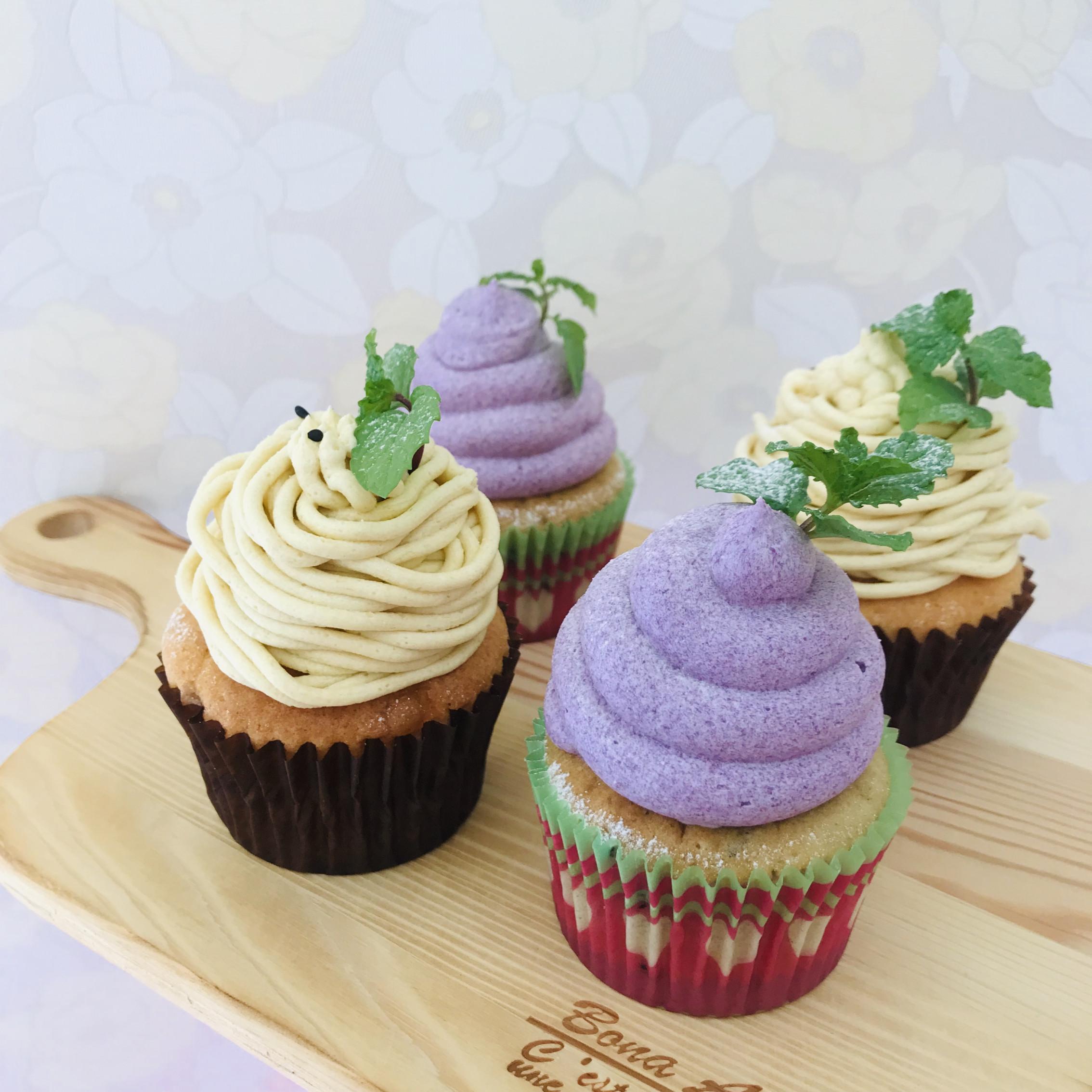 毎年人気の紫芋のモンブラン‼︎ 本日より販売しております☺︎ 黒ごまの生地に紫芋クリームをたっぷり♬ ぜひ食べたいみてください☺︎>