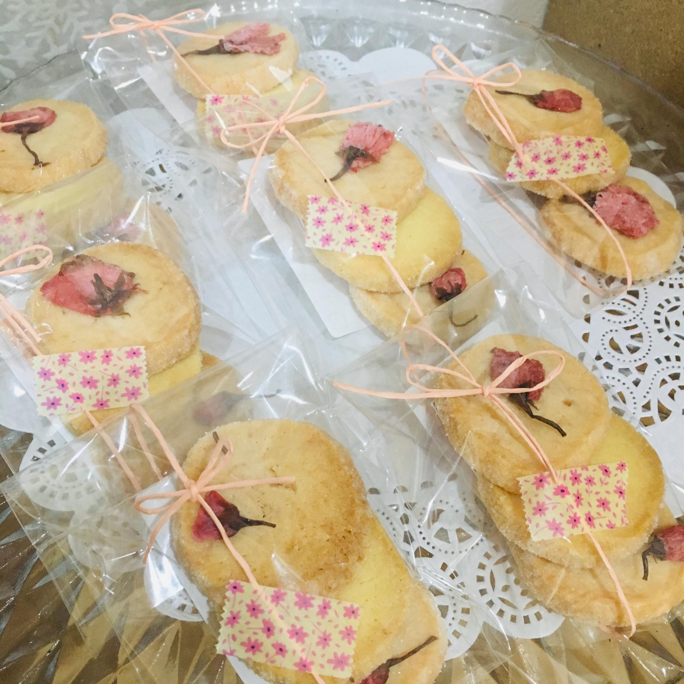 塩漬けされた桜を飾りつけた、桜味のアイスボックスクッキー♡>