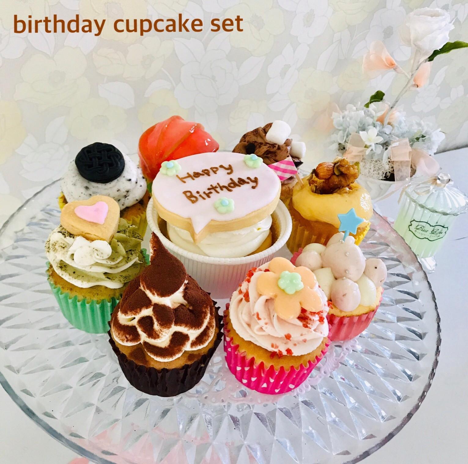 3個セット〜10個セット お好きなカップケーキをお選びいただけます♡ アイシングクッキーがのるカップケーキはプレーン生地に生クリーム♡  「Happy  Birthday」 「Happy  Wedding」 「Welcome Baby」 「お名前」 など… ご希望でお入れします☺︎ *3日前までのご予約受付。>