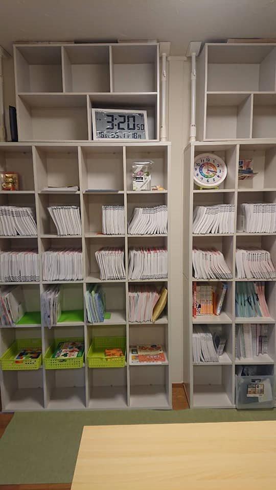 学研中村南3丁目教室,学年ごとの様ざまな教材が並ぶ教材棚は圧巻です。