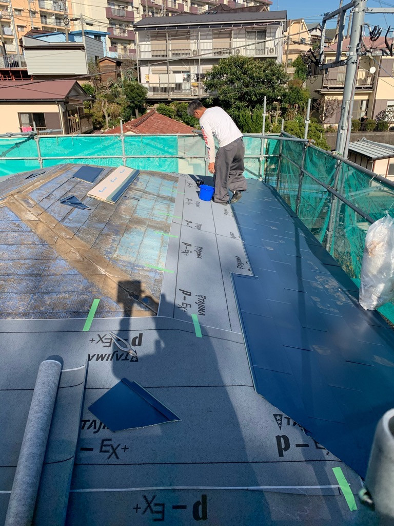 屋根カバー工法施工中画像