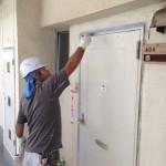 マンションの扉を塗装中画像
