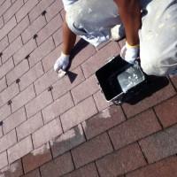 シングル葺屋根に隙間作りでタスペーサー取り付け中!画像