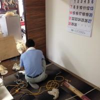 クロス貼りと床のカーペット工事画像