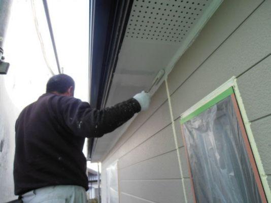 軒裏:防カビ型艶消しアクリル樹脂塗料 塗装中