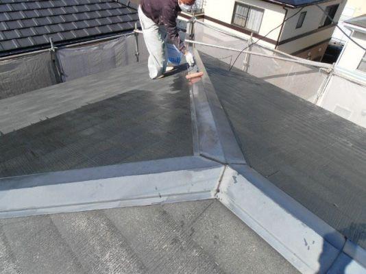 屋根:シーラー塗布 下地への密着を強くさせます