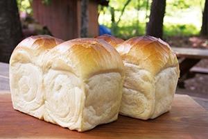 ふっくらと柔らかい歯ごたえが自慢の当店一押しの食パンです。 大きな1斤を、ご家族皆様でご堪能されてはいかがでしょうか