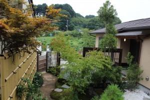 平屋建ての和室に調和のとれたお庭を作庭いたしました。