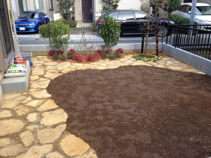 腐らない人工枕木を使用した花壇です。本物と見間違えるレイルスリーパーラフトとカラフルな植物たちの相性は抜群です!