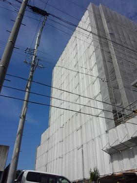 ・施工のポイント 12階建てのマンションの外壁塗装の為の足場を作りました。 大きな建物の足場作りは、とてもやりがいがありました。