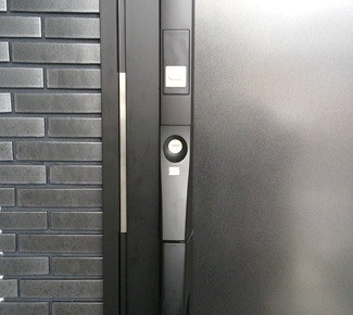 こじ開け防止ドアガードプレートの設置