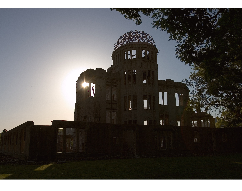 夕日の中の原爆ドーム