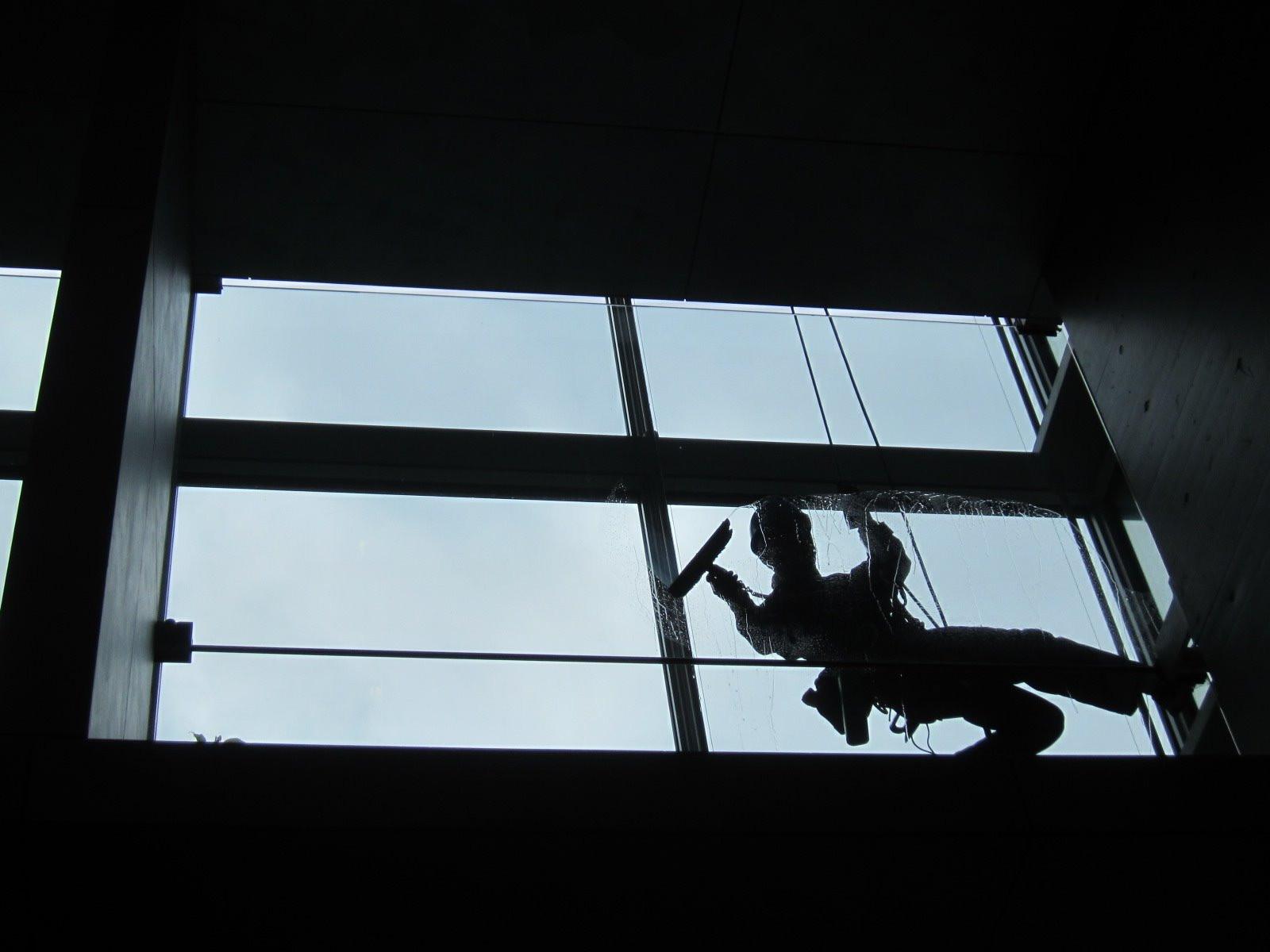 千代田区/マンション  ◆ガラス清掃画像