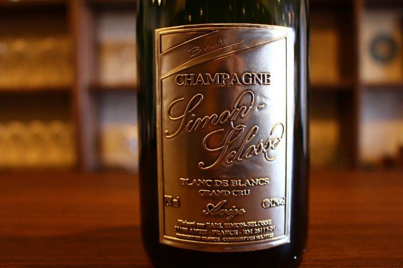 ブラン・ド・ブラン ブリュット・グランクリュ N.V. シモン・セロス フランス/シャンパーニュ/白・発泡/シャルドネ/辛口 アタックのインパクトは強く、濃密な果実味と切れ込んでくる酸、堅実なミネラリティが織り成す品格ある味わい。コート・デ・ブランのシャルドネの美質を堂々と表現した、大人のシャンパンしかもグランクリュが6000円台