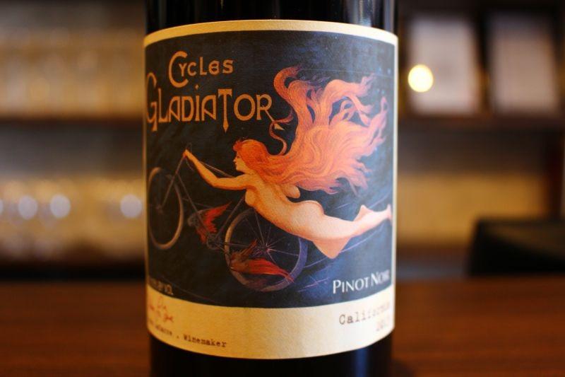 ピノ・ノワール カリフォルニア 2013  サイクルズ・グラディエーター アメリカ/カリフォルニア/赤ピノ・ノワール/ミディアムボディ 一部の金持ちだけしか飲めないような高級ワインを造るのではなく、普通の人が手頃な価格で良質なワインを味わえることを第一に考えたワイン造りを第一に・・・。う〜ん、なんて素敵な考え。チャーミングな魅力がぎゅーっと詰まった1本
