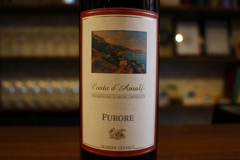コスタ・ダマルフィ フローレ・ロッソ2015  マリーザ・クオモ イタリア/カンパーニャ/赤 アリアニコ、ピエディロッソ ミディアム〜フルボディ 風光明媚なアマルフィ海岸沿いに広がる畑、響きは良いですが実際の畑は断崖絶壁の人が作業するにはありえない場所にあります。ここで手掛ているイタリア最高の白ワインの造り手は赤を手掛けてもやっぱり凄い、以前から気になっていたのですがやっと入荷