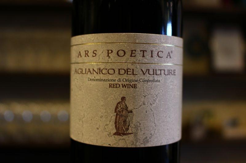 アース・ポエティカ アリアニコ・デル・ヴルトゥレ2012 / ヴィニコラ・ダンジェロ イタリア/バジリカータ/赤 アリアニコ/ミディアムボディ アリアニコと言えば「濃い」品種としてお客様にはお馴染みの品種ですが、このアリアニコはちょっと違います。熟しすぎない、エレガントさもある優しいアリアニコ、これは食事に寄り添うアリアニコです