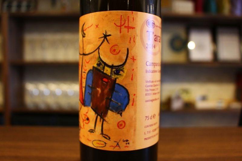 タラ・ラ 2015  カンティーナ・ジャルディーノ イタリア/カンパーニャ/白 グレーコ/辛口 白といってもいわゆる「オレンジワイン」グラスに注いで、まずその色に驚いてください。そして味わって驚いてください。スッキリ、酵母感と酸、果実味バランスよし!