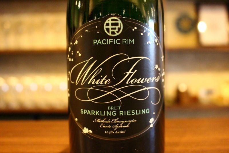 ホワイト・フラワーズ  キュヴェ・スペシャル N.V.  パシフィックリム アメリカ/ワシントン 白・発泡/リースリング/辛口 カリフォルニアだけがアメリカワインではありません。ここワシントンで、しかもリースリングだけに特化、「アメリカで最高のリースリングを造る」という共通の思いを持ってリースリング専門のワイナリーを興し、シャンパーニュ方式で造られた辛口スパークリング、クリーミーな口当たりで愛らしい花の香りがあり、今の時期にピッタリな1本です