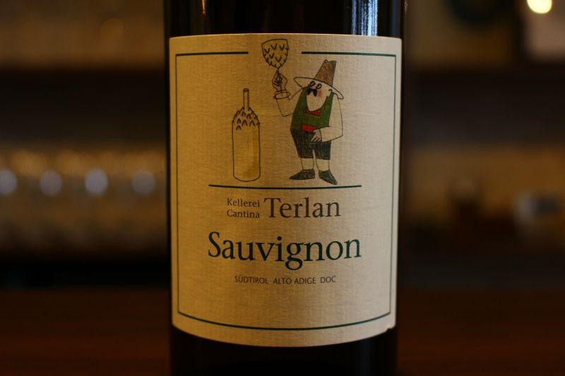 ソーヴィニヨン アスパラガス 2016  テルラーノ イタリア/トレンティーノ/白ソーヴィニヨン・ブラン/辛口 トレンティーノは、ワインだけでなく、アスパラガスの産地としても有名。ワイナリーのブドウ畑のすぐ隣にもアスパラガスを作っている畑があり、毎年春になるとカンティーナのすぐ横で直売されるアスパラガスに合わせて、年に1度だけ特別なワインが限定リリースされます。産地が近い事もあり、本当にアスパラガスに合う、クリーンで爽やかな味わい。フルーティなブーケとフレッシュなアロマが心地良く、透明感と爽やかな香りを兼ね備えたピュアなソーヴィニヨン・ブランです。年1度の限定!アスパラの産地近くで造られた爽やかで透明感ある1本