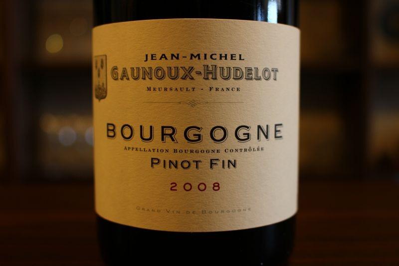 ブルゴーニュ・ピノ・ファン2008  ジャン・ミシェル・ゴヌー フランス/ブルゴーニュ/赤 ピノ・ノワール ミディアムボディ このドメーヌは流行に左右されず、ブルゴーニュの伝統的製法で長期の熟成に耐え得る昔ながらの造りに定評がありますが、その果実味の美しさと滑らかなタンニンをもつワインです。銘醸白ワインが手掛けられるムルソーでわざわざ手掛けられる赤ワイン。このクラスでなんと樹齢40年、2009・2010年とグレートヴィンテージが続き、ひっそりとした年に見られがちですが、今このクラスで熟成感を楽しむならば、コレっ!