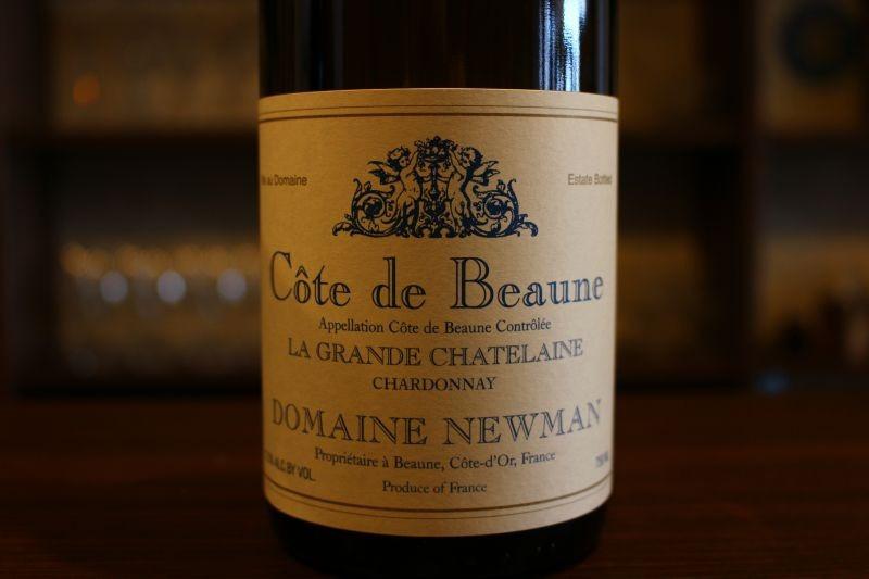 コート・ド・ボーヌ ラ・グランシャトレーヌ2011  ドメーヌ・ニューマン フランス/ブルゴーニュ/白 シャルドネ/辛口 すべて単一畑ラ・グランシャトランから収穫され、村名ボーヌと同等の風格があります。 以前コント・ラフォンで醸造家を勤めていた女性醸造家を迎え、年々品質の向上に向かっています。 柔らかく味わいが複雑に染み出てきていて素晴らしい!あの「コント・ラフォン」で醸造を行っていたジェーン・エア女史ならではの骨格と構造、ふっくらとした果実味豊な味わいは、早飲みにも、長熟にも耐えうる仕上がりです。柑橘とりんご、白桃系の果実味と同時に ワインそのものの骨格が力強くあり、クラシカルなムルソーを思わせるまったりした感覚が 口の中に広がります