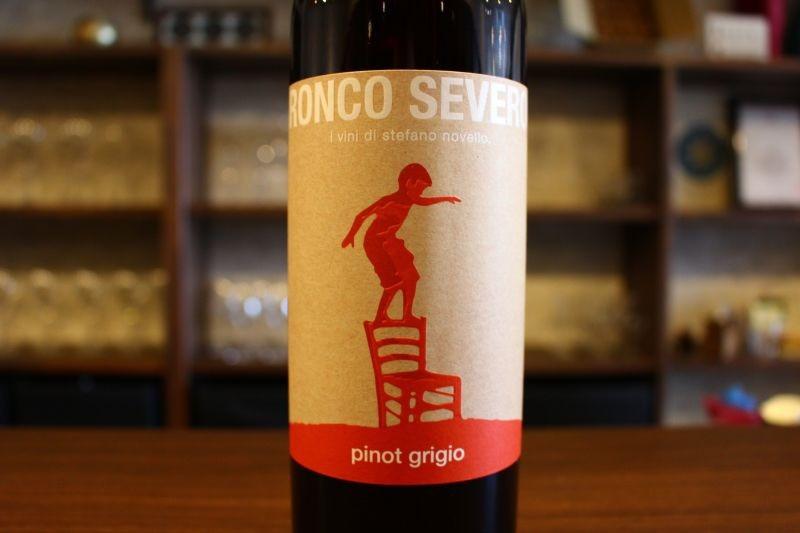 ピノ・グリージョ 2014  ロンコ・セヴェロ イタリア ヴェネツィア・ジューリア/白ピノ・グリージョ/辛口 自然派ワインの巨匠「ラディコン」の影響を受けた1本。遅摘みによる完熟したピノ・グリージョ100%で造られます。温度管理せずに自然酵母で果皮ごと醗酵、オーク樽でな・ん・と23ヶ月間も澱と共に熟成され、その後8月と9月の間の下弦の月の時に無濾過でボトリングされます。魅惑的なオレンジの色調にアカシアの花束の印象的な香り、ナッツやクルミの力強い風味と圧倒的なミネラル感があります。溢れんばかりのパワーを感じますが、飲み口は滑らかで実にスムーズです。余韻に感じるドライフルーツの風味もとても心地良いものです。ロンコ・セヴェロがブドウのポテンシャルを見事に引き出した傑作のオレンジワインです