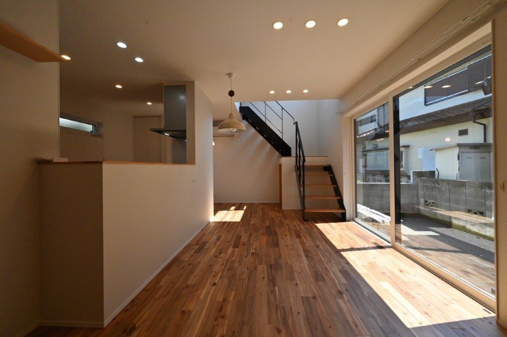 吹き抜けから光が降り注ぐ 明るい1階リビングの家