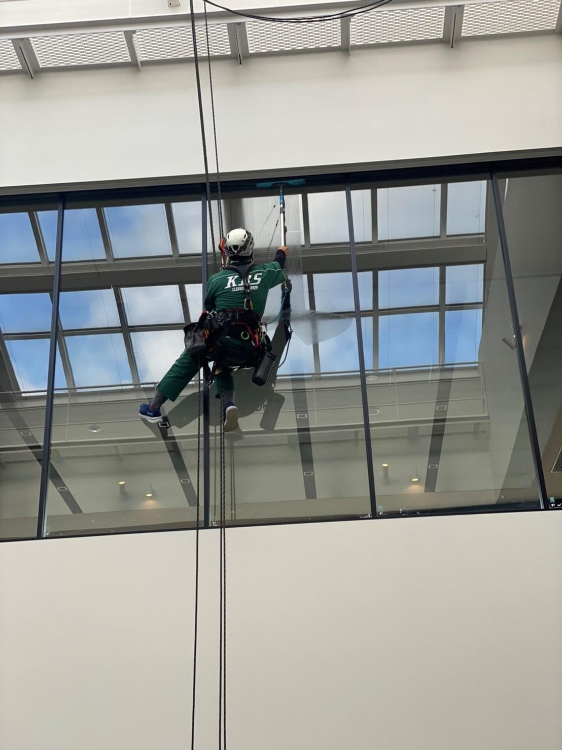 某オフィスビルエントランスガラスクリーニング