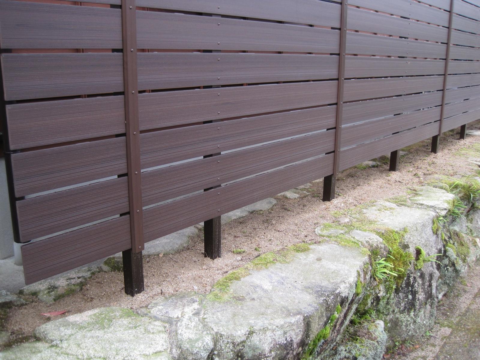 人工木フェンスなら生垣の剪定も腐食もなくメンテナンスフリー