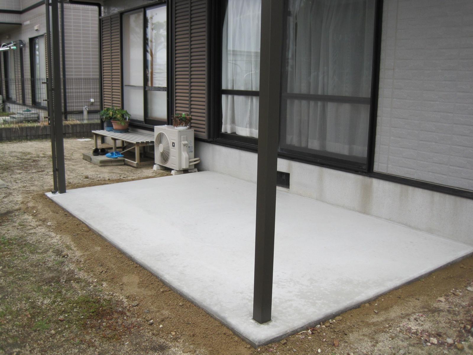 ウッドデッキに屋根付きの洗濯物干し場があれば急に雨が降っても慌てずストレスフリー