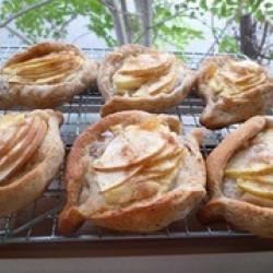 薄切りリンゴとリンゴクリームのライ麦パン